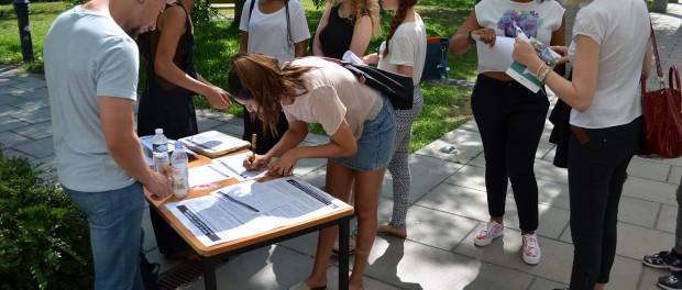 Les étudiants du comité contre la privatisation des universités font signer une pétition contre la hausse des frais d'inscription à Nanterre