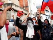 Des riverains manifestent près d'une caserne de la garde nationale vénézuelienne, à Caracas, le 21 janvier.