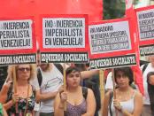 """sur les pancartes: """"non à l'ingérence impérialiste"""", ou encore, """" Ni Maduro, ni opposition de droite, c'est le peuple travailleur qui doit gouverner"""""""
