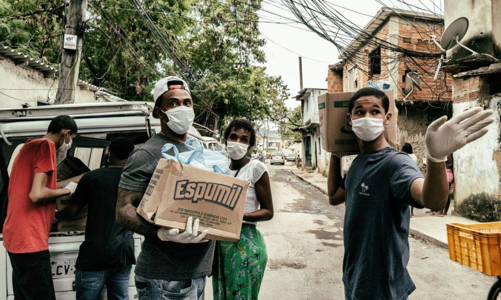 Distribution de nourriture dans la favela de la Cité de Dieu à Rio de Janeiro