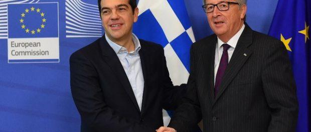 Tsipras, président grec, serre la main à Juncker, président de la Commission Européenne, 2015