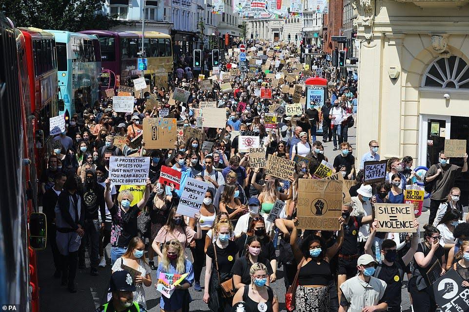 Angleterre : des milliers de manifestants samedi à Brighton contre les violences policières et racistes